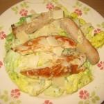 Assiette de salade César au poulet