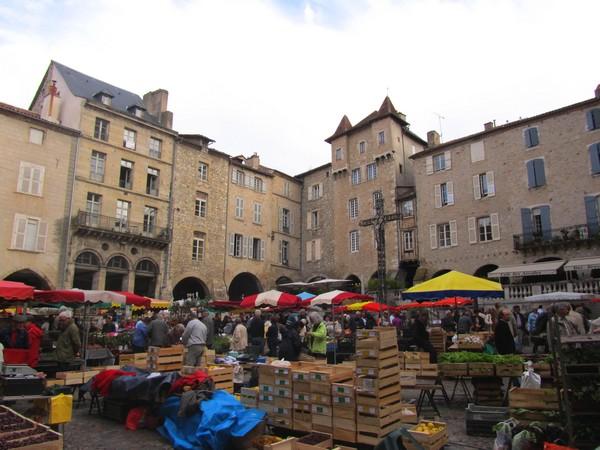 Le marché du jeudi à Villefranche de Rouergue, l'un des plus beaux de la région