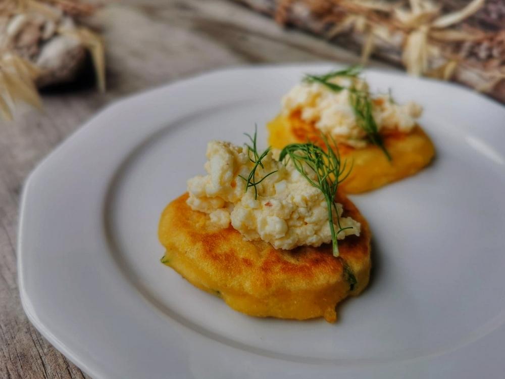 Siskal, galettes de Tchétchénie à la farine de maïs, fromage beurre et œufs.