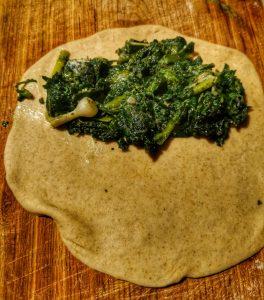 Qutab, chausson galette à la verdure, oignons blettes orties.